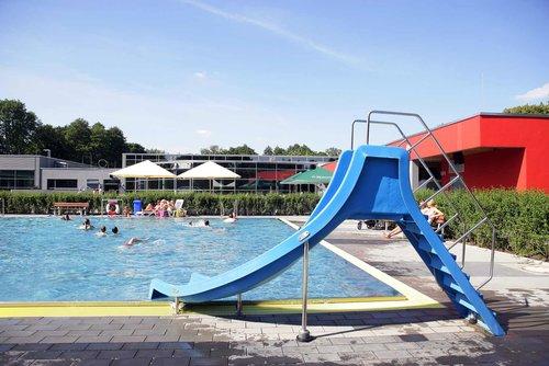 """""""School´s out"""": Im Schlossbad Niederrhein steigt die größte Poolparty des Jahres"""